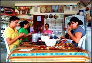 La confection des bijoux de Tagua